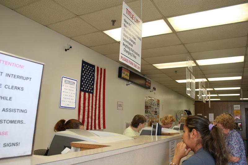 Personas esperando en linea del DMV.
