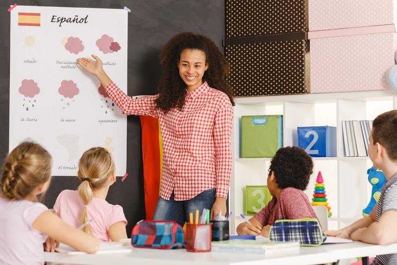 Una maestra dando clase