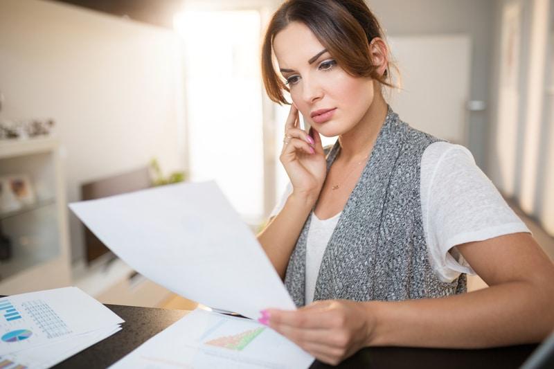 Mujer organizando unos documentos.