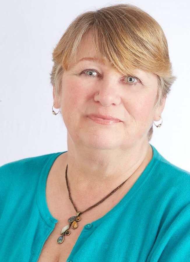 fotos de Chathy von Hassel-Davies, vestida con una blusa azul.