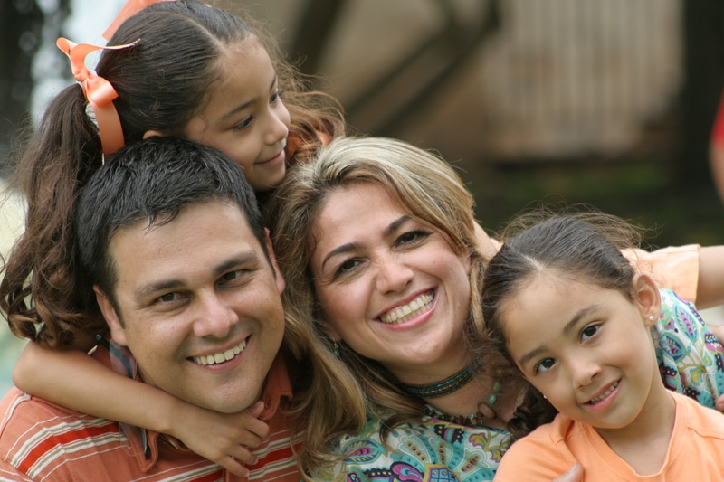 una familia sonriendo