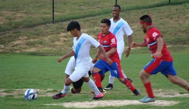Jugadores de Xelaju y Independiente