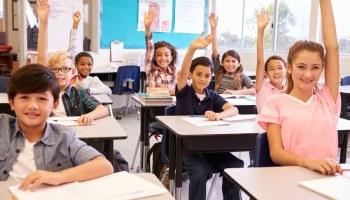 Estudiantes en levantando su mano