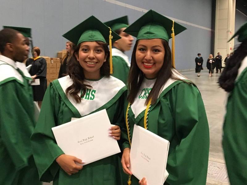 Foto de universitarias con su diploma