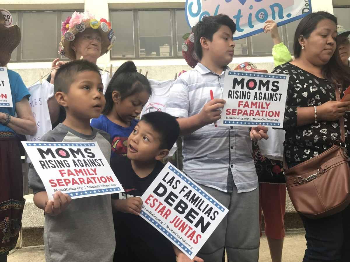 Familias protestando con pancartas