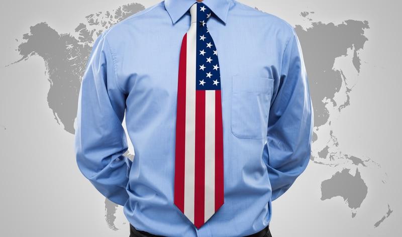 Un hombre con una corbata estadounidense