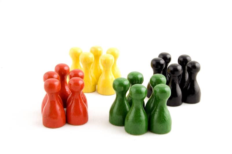 Fichas separadas por color: rojo, amarillo, verde y negro