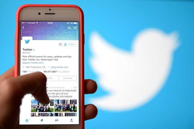 Una persona con la aplicación de Twitter abierta en su teléfono.