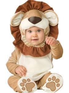 Un lindo bebé con un disfraz de león