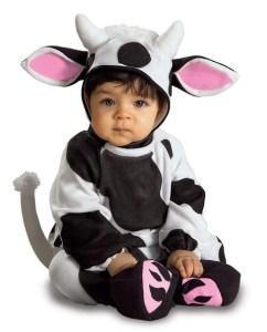 Un lindo bebé vestido de vaca