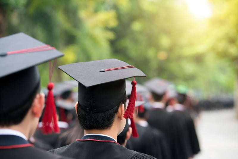 Panorama de estudiantes graduandose.