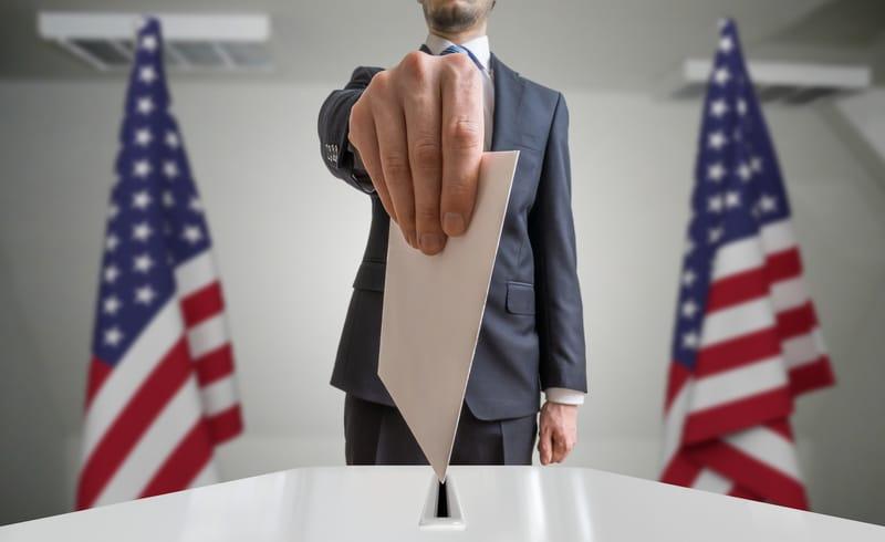 Una persona entregando su voto