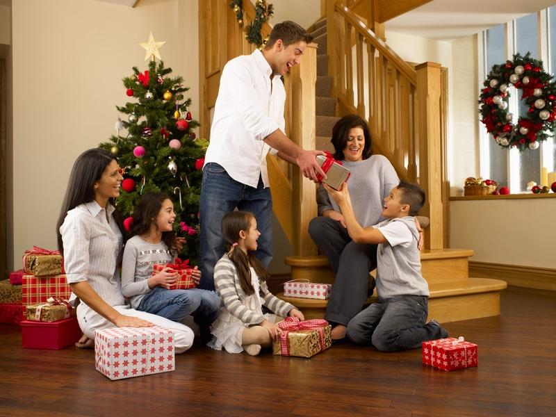 Familia repartiendo regalos de navidad