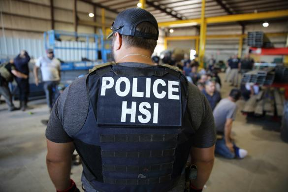 Arrestan a por lo menos 30 inmigrantes en redada efectuada en fábrica de Sanford