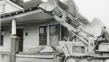Excavadora empuja la primera casa en Brooklyn