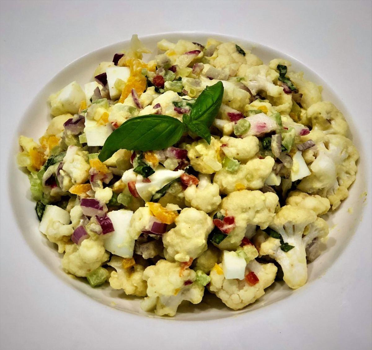 Ensalada de coliflor con mayonesa de zucchini o calabacin