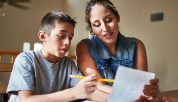 ¿Cómo ayudar a mi hijo con la tarea durante la etapa escolar básica?