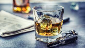 Otra razón para no beber durante las fiestas: su trámite migratorio podría ser negado