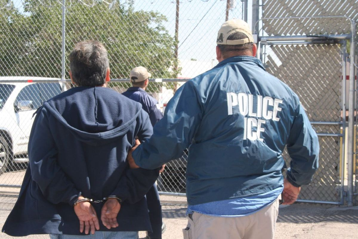 ¿Qué hacer si un agente de Inmigración llama a la puerta?