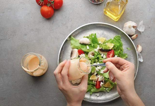 Las ensaladas no siempre son bajas en calorías