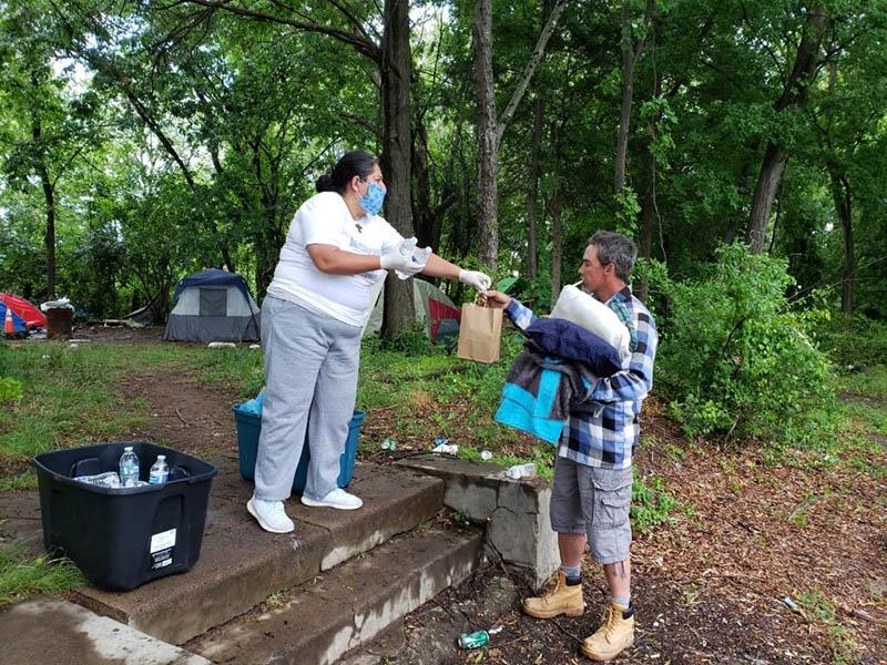 Organización cristiana entrega alimentos a personas sin hogar