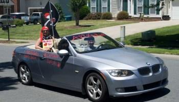 Escuela realiza desfile para despedir el año