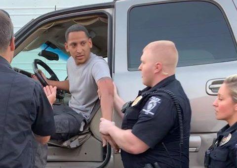 Policías forcejean con latino quien no mostró su licencia porque no estaba manejando