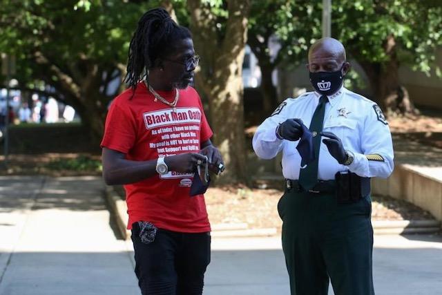Oficiales de policía en Charlotte se solidarizan con manifestantes