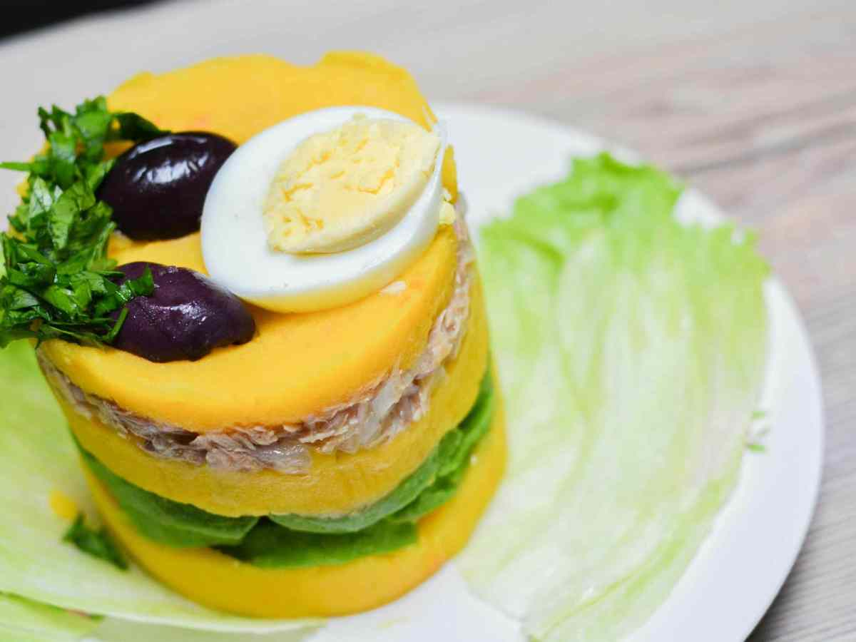 causa aguacate y pollo