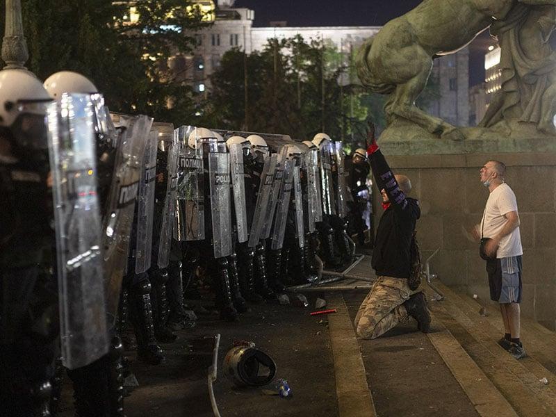 manifestantes-intentan-irrumpir-en-parlamento-de-serbia