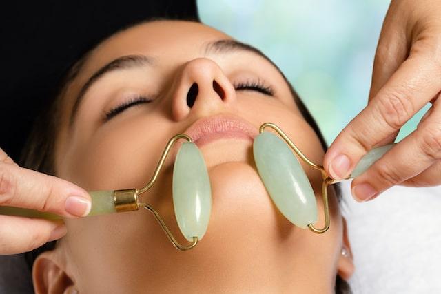 Rodillos de jade: la sesión de ejercicio que tu rostro necesita