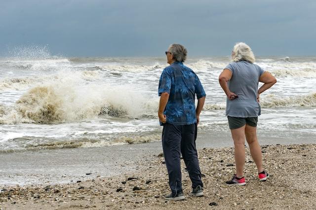 La tormenta tropical Beca tocará tierra el lunes por la noche. Partes de Texas y Luisiana se preparan para las posibles inundaciones y otros efectos que deje de la tormenta. Beta avanza