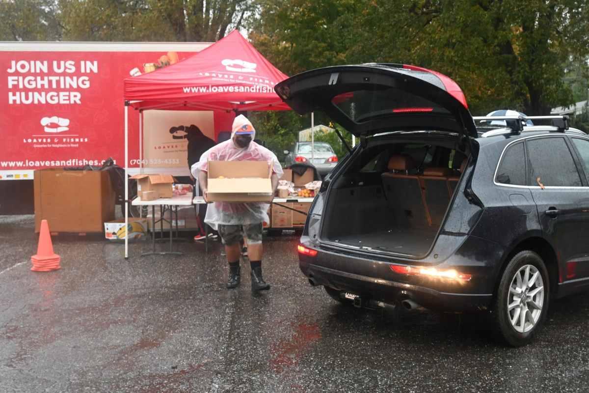 Durante la primera semana de noviembre de 2020, una gran cola de carros esperaba en un banco de comida con acceso desde el auto, organizado por Loaves & Fishes de la zona oeste de Charlotte.