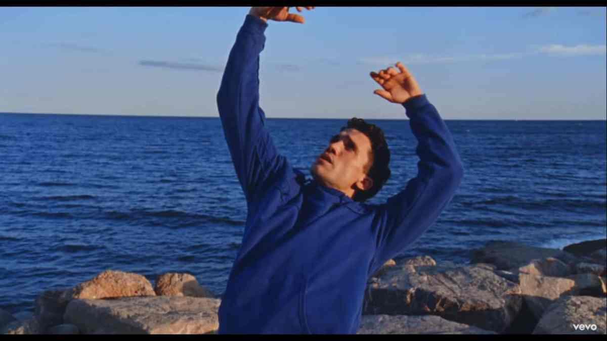 Jaime Lorente se luce con su tema Corazón, un paso a la música