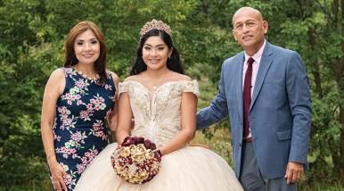 Sandy Mendoza con sus padrinos