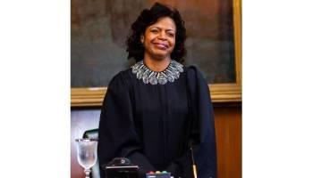 La presidenta del Tribunal Supremo Cheri Beasley felicita a Paul Newby por ganar las elecciones