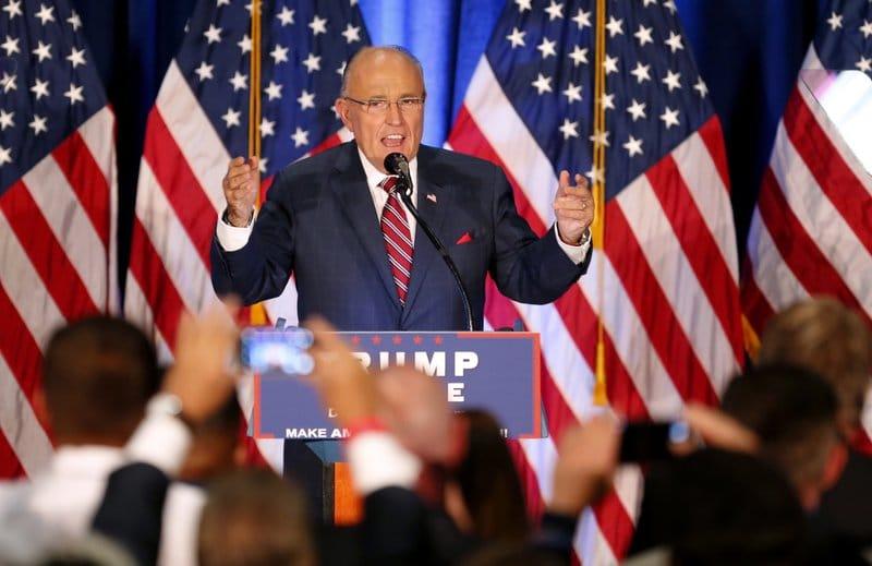 Trump ordena que no se le pague a su abogado Rudy Giuliani, según WP