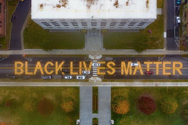 Alcalde de Fayetteville se disculpa por eliminación del mural Black Lives Matter