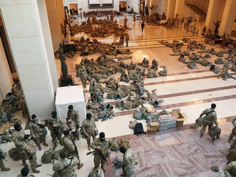 Soldados duermen en suelo de Capitolio antes de inauguración de Biden