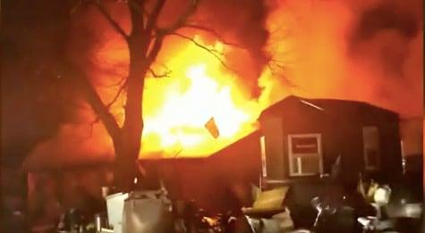 Dos niños murieron después de un incendio en una casa móvil en Hickory