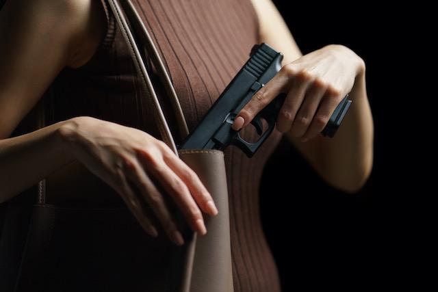 Mujer usa pistola para evitar que hombre ataque a su esposo en la carretera I-85