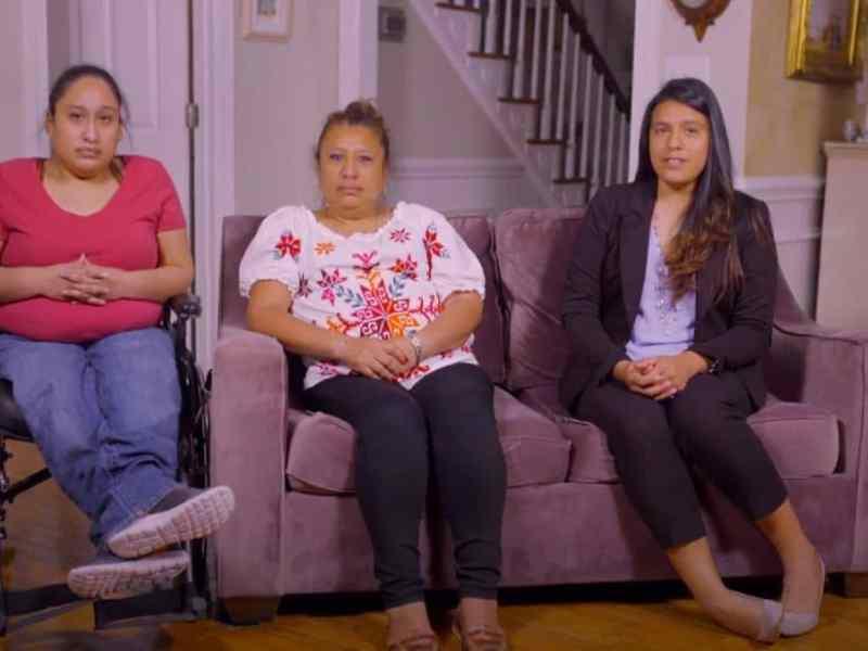 Jessica Sánchez sentada desde su sala con su madre y hermana mayor durante la tercera noche de la Convención Nacional Demócrata de 2020.