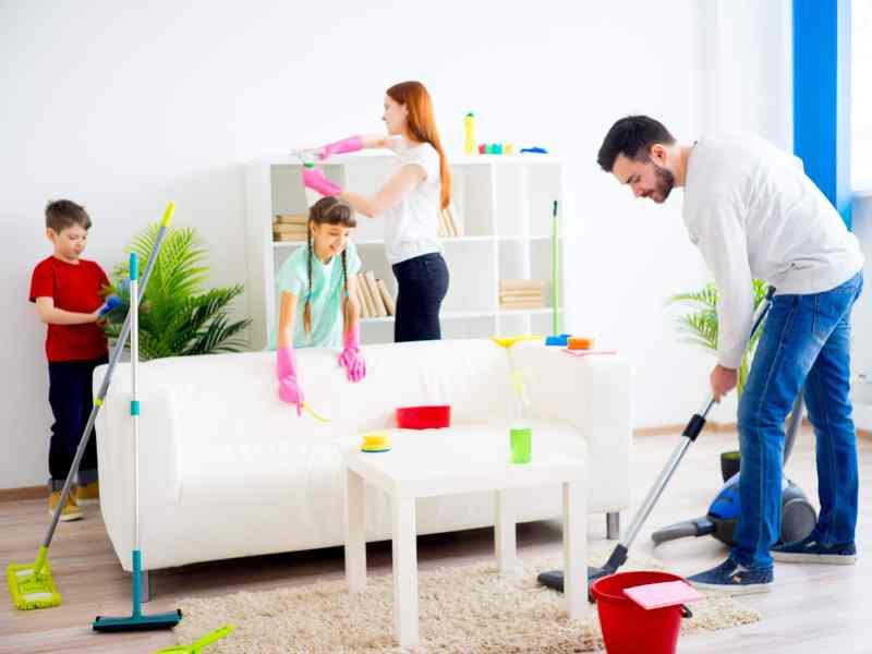 Limpiar la casa en familia