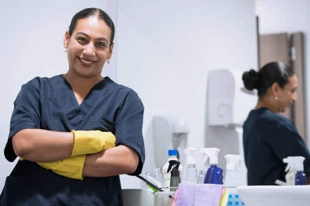trabajadores de limpieza california elegidos para ser vacunados