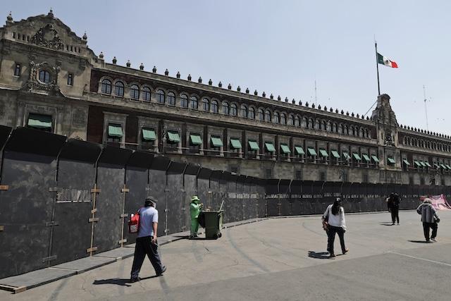 México coloca barreras en Palacio Nacional previo a las protestas en el Día de Mujer