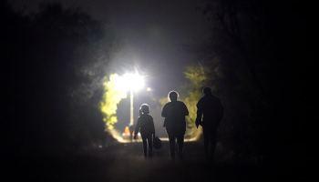 Niña de siete años cruza sola la frontera