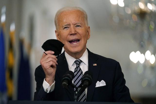 Biden apoyará a empresas para que den días libres pagados a quienes se vacunan