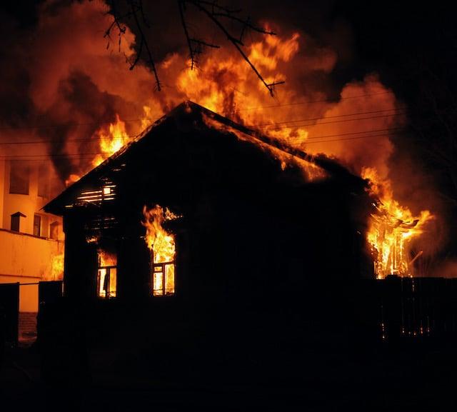Mujer muere en incendio al no poder escapar en Carolina del Sur