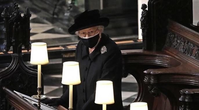 La reina Isabel II se sienta sola en el funeral del príncipe Felipe