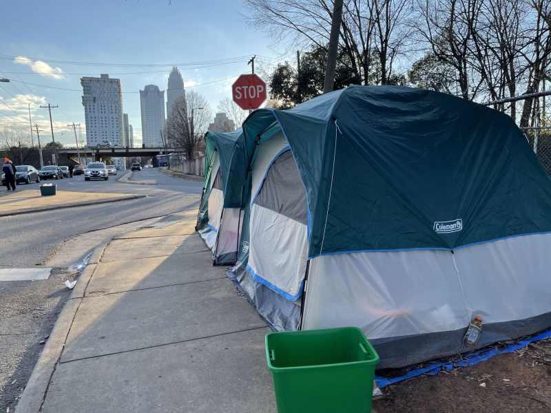 Tent City: Personas sin hogar desalojadas de campamento en Charlotte recibirán vivienda por un año